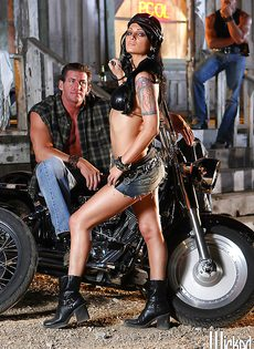 Жаркая брюнетка позирует голой возле мотоцикла - фото #9