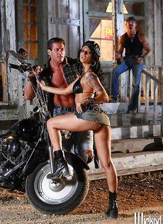 Жаркая брюнетка позирует голой возле мотоцикла - фото #10