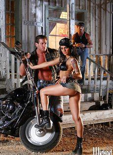 Жаркая брюнетка позирует голой возле мотоцикла - фото #11