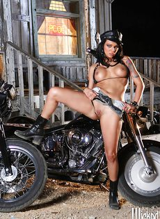 Жаркая брюнетка позирует голой возле мотоцикла - фото #16