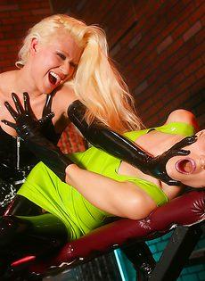Откровенное и увлекательное порно двух прелестных подружек - фото #3