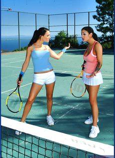 Горячий трах под открытым небом с шикарными теннисистками - фото #1