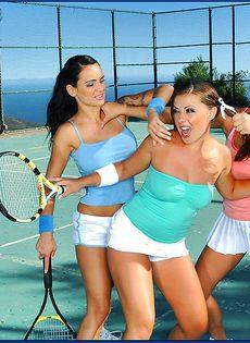 Горячий трах под открытым небом с шикарными теннисистками - фото #2