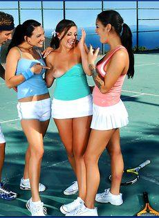 Горячий трах под открытым небом с шикарными теннисистками - фото #4