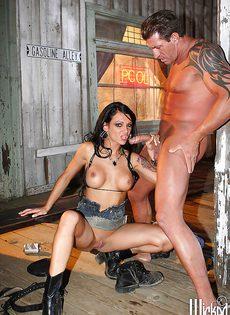 Мускулистые парни и горячие девушки устроили групповуху - фото #3