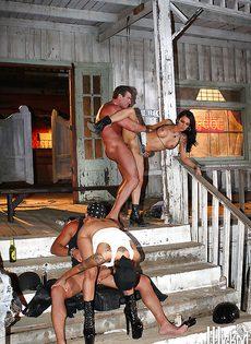 Мускулистые парни и горячие девушки устроили групповуху - фото #4