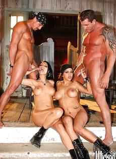 Мускулистые парни и горячие девушки устроили групповуху - фото #16