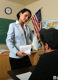 Студент засовывает член в анальную дырочку шикарной преподши - фото #1