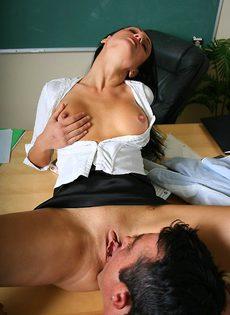 Студент засовывает член в анальную дырочку шикарной преподши - фото #2