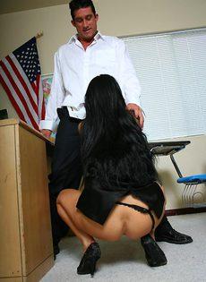 Студент засовывает член в анальную дырочку шикарной преподши - фото #4