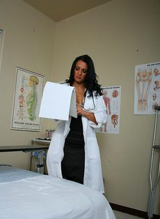 Горячая докторша лечит пациента мокрой вагинальной дыркой - фото #1