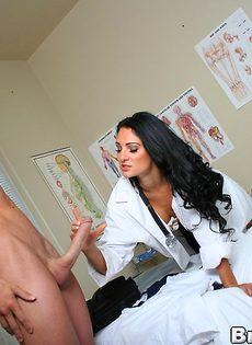 Горячая докторша лечит пациента мокрой вагинальной дыркой - фото #3