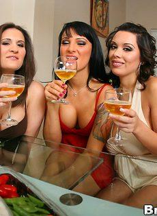 Три подружки сняли одежду друг с дружки - фото #6