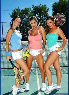 Фото сессия трех сногсшибательных телок на теннисном корте - фото #2