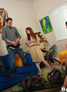 Сексуальных брюнеток парень топчет по очереди на диване - фото #3