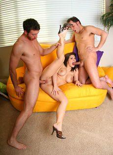 Сексуальных брюнеток парень топчет по очереди на диване - фото #13
