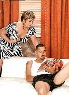 Парню нравятся половые партнерши постарше - фото #1