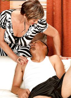Парню нравятся половые партнерши постарше - фото #2