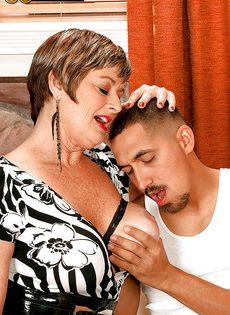 Парню нравятся половые партнерши постарше - фото #3
