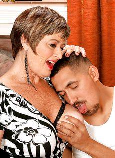 Парню нравятся половые партнерши постарше - фото #4