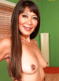 Зрелая азиатка хочет подцепить молоденького паренька - фото #16