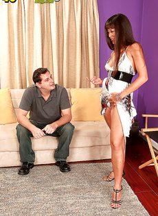Зрелая и развратная азиатка кувыркается с любовником - фото #3