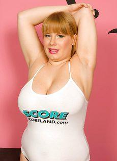 Толстушка с большой грудью в черных трусиках - фото #13