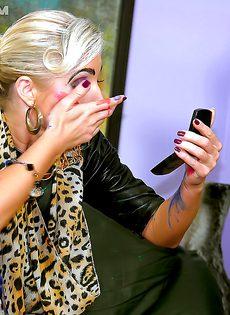 Сексуальные развлечения брюнетки и блондинки - фото #6