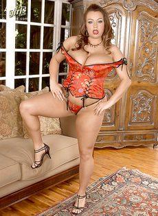 Потаскушка с большими дойками и большой задницей - фото #4