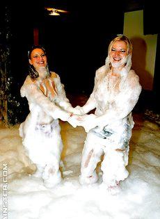 Красивые и раскрепощенные девушки на отличной вечеринке - фото #16