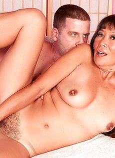 С раскрепощенной женщиной трахается парнишка - фото #14