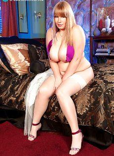 Толстая сучка решила вывалить свою здоровенную грудь - фото #13