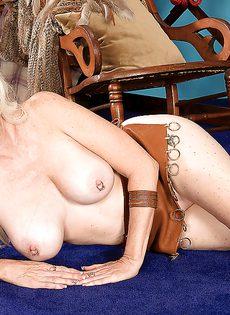 Старушка хочет развлечься с резиновым пенисом - фото #10
