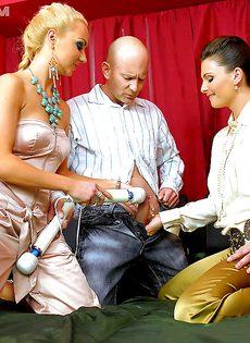 Половое сношение с двумя развратными девками на кровати - фото #2