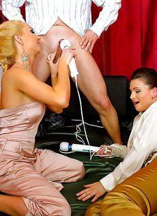 Половое сношение с двумя развратными девками на кровати - фото #5