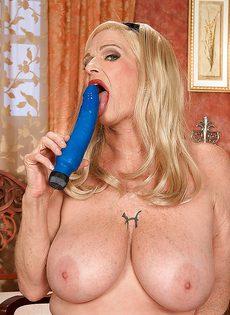 Белокурая старушка приобрела себе секс игрушку - фото #12