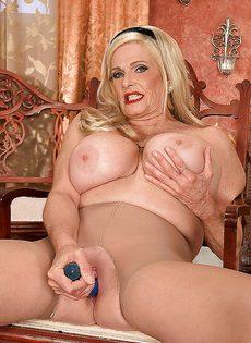 Белокурая старушка приобрела себе секс игрушку - фото #14