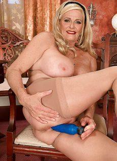 Белокурая старушка приобрела себе секс игрушку - фото #15