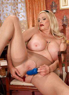 Белокурая старушка приобрела себе секс игрушку - фото #16