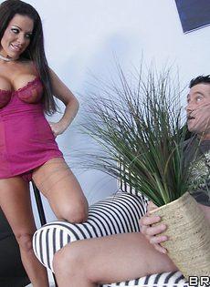 Телочка с большими сиськами предложила пареньку секс - фото #8