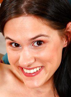 Очаровательная молодуха запихивает фаллос в мохнатку - фото #13