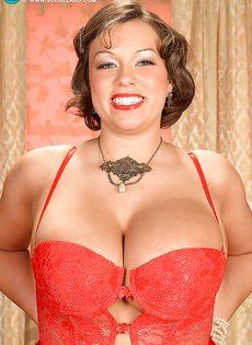 Улыбчивая дамочка показала с удовольствие большую грудь - фото #1