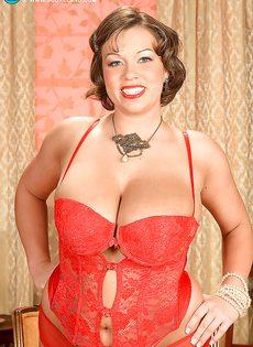 Улыбчивая дамочка показала с удовольствие большую грудь - фото #3