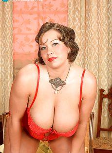 Улыбчивая дамочка показала с удовольствие большую грудь - фото #4