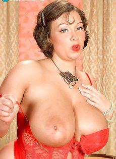 Улыбчивая дамочка показала с удовольствие большую грудь - фото #6