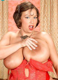 Улыбчивая дамочка показала с удовольствие большую грудь - фото #8