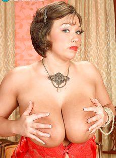 Улыбчивая дамочка показала с удовольствие большую грудь - фото #12