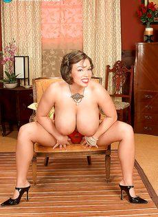 Улыбчивая дамочка показала с удовольствие большую грудь - фото #14