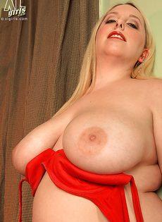 Пышная блондинка с большой грудью манит к себе - фото #16
