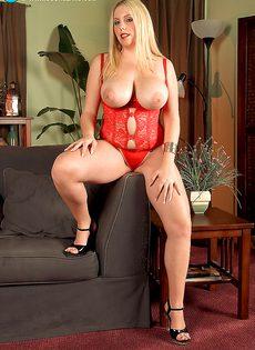 Пышненькая блондинка с очень большими мягкими дойками - фото #6